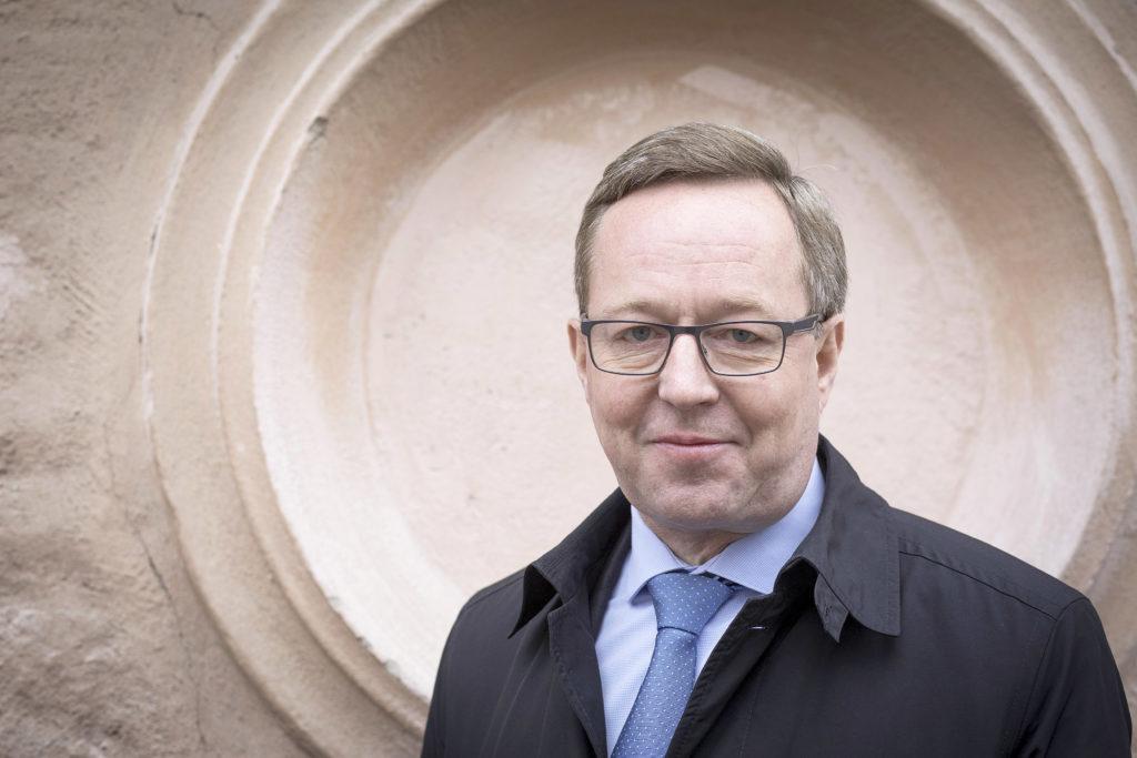 Ministeri Mika Lintilän mukaan velan kasvun pysähtyminen on selvää, jos työllisyystavoitteeseen päästään.